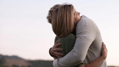 Photo of Katër përfitimet shëndetësore që na sjellin përqafimet, dhe pse ndihemi kaq mirë pas tyre
